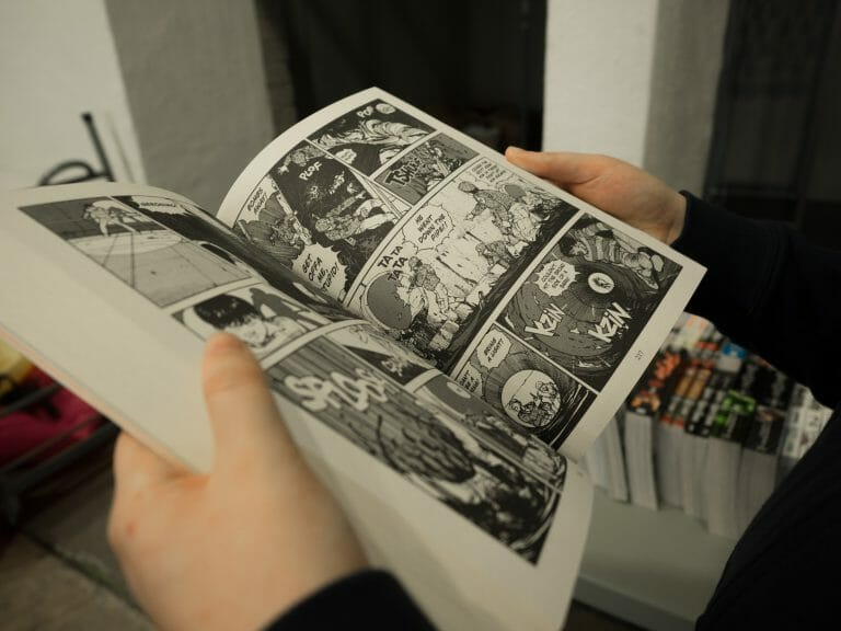 Snapped this quick photo of my girlfriend browsing some mangas at the comic convention. I really just like how it turned out and really emphasizes a hobby of reading comics.